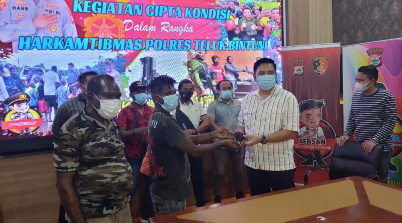 Aser Iba Secara Sukarela Serahkan Senpi Ilegal ke Polres Bintuni